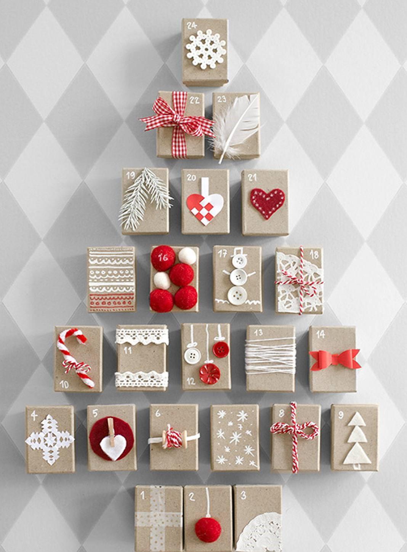 Sapin de Noël fait de boîtes en carton.
