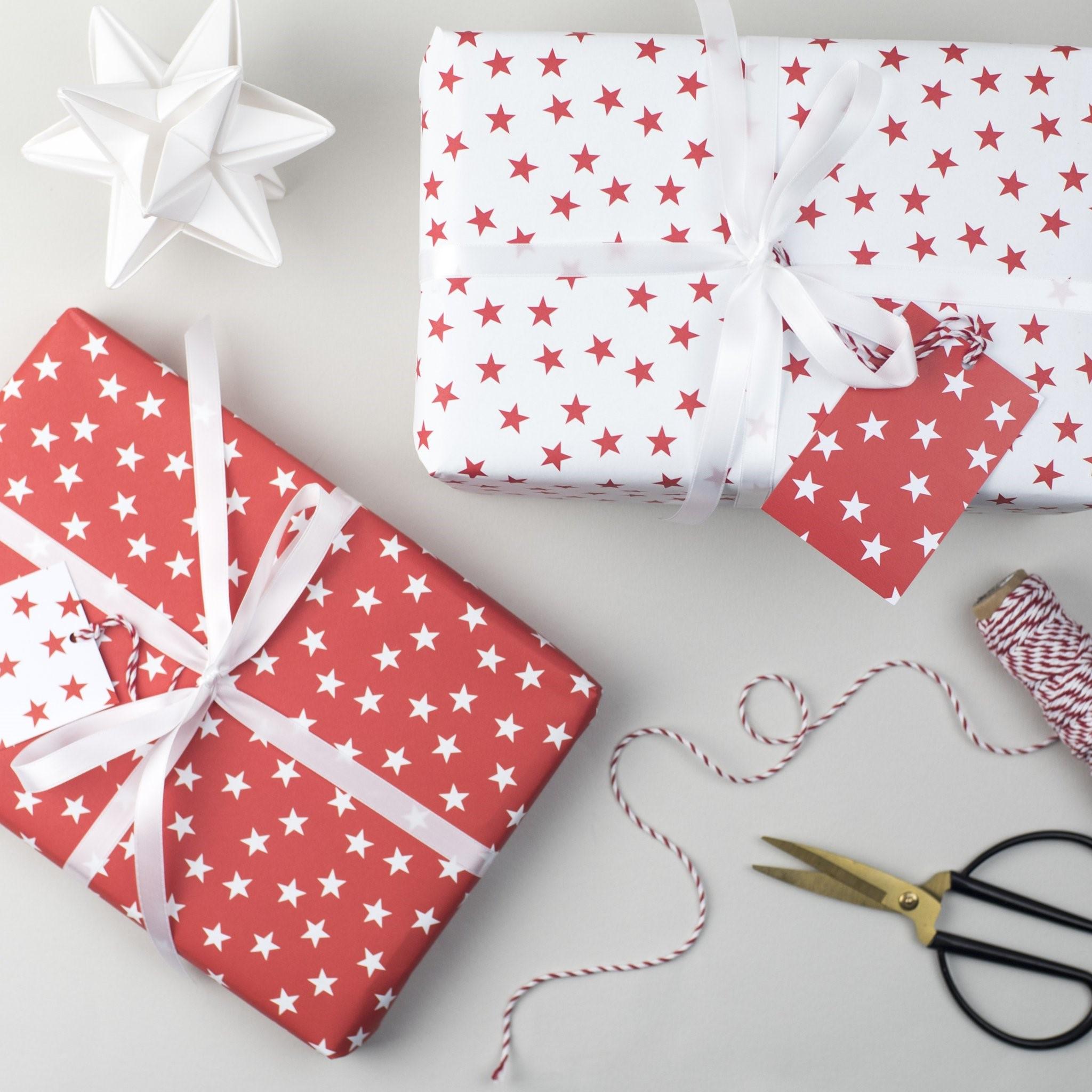 Le papier avec des motifs en étoile est parfait pour l'emballage des cadeaux de Noël.