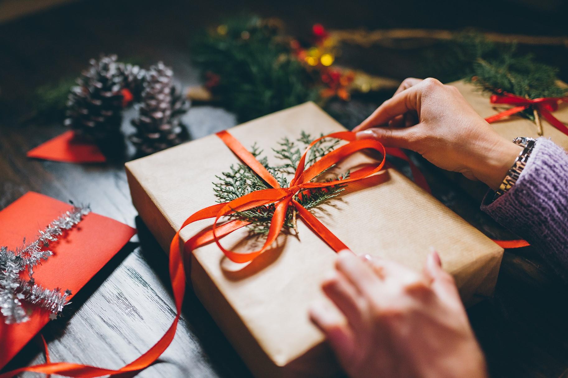 Emballage cadeau de Noël décoré avec des feuilles persistantes.