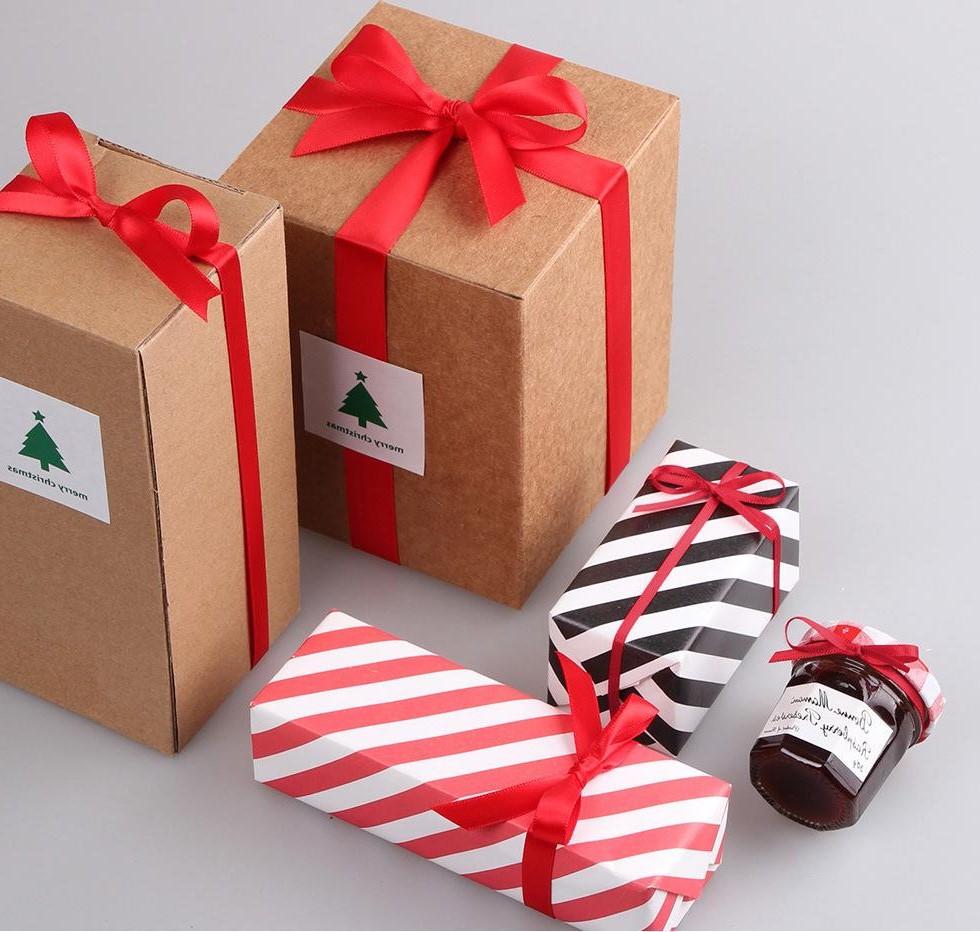 Emballage cadeau simple décoré avec un ruban rouge.