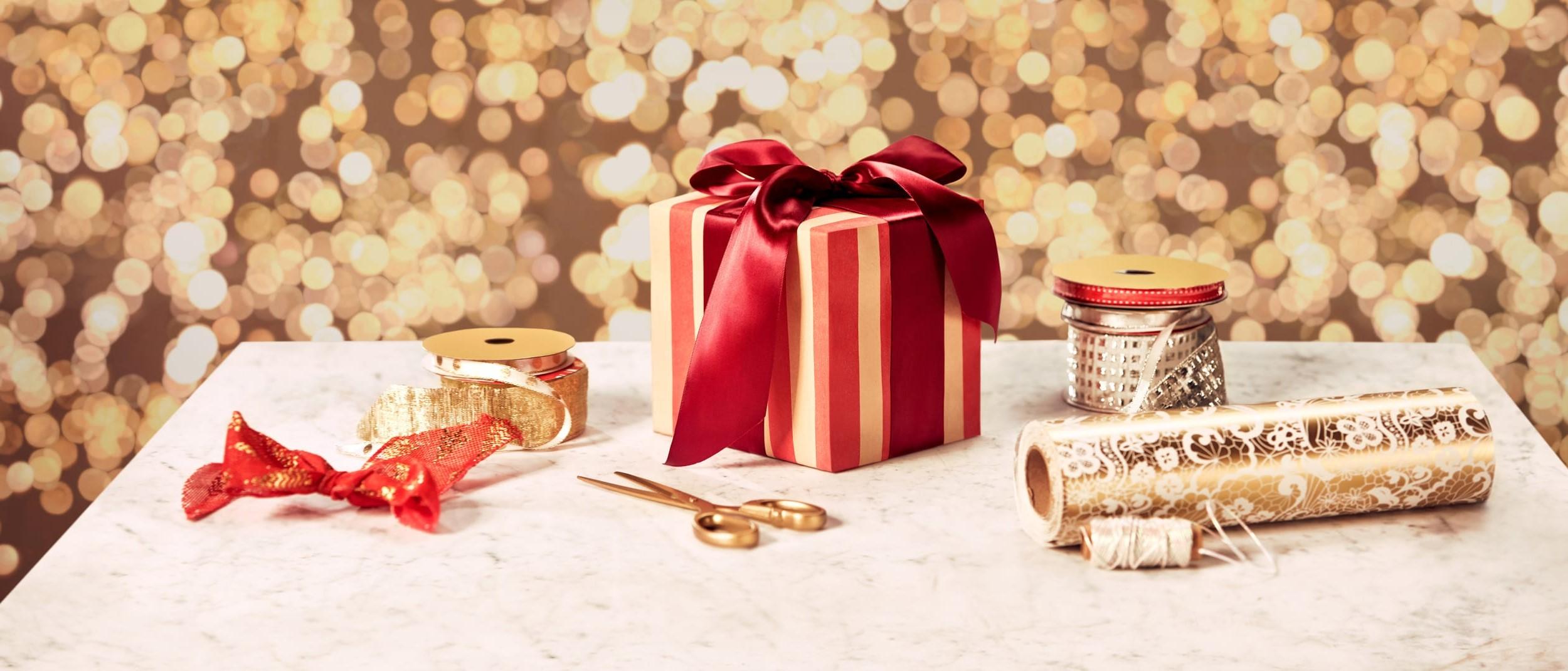 Boîte en carton de Noël décorée d'un joli papier d'emballage.