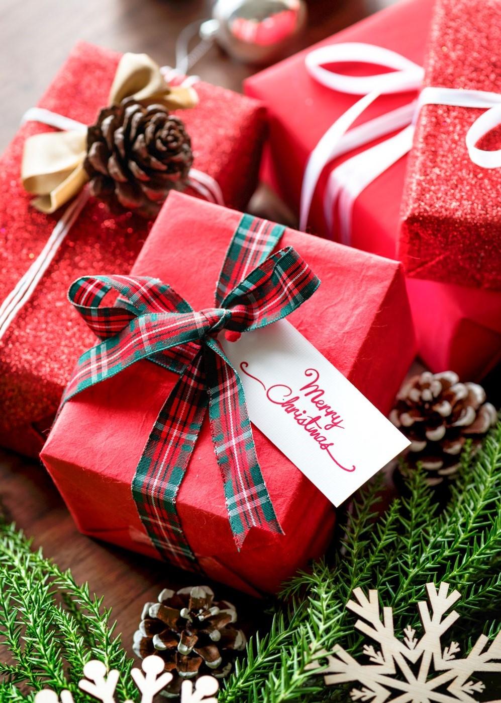 Choisissez un beau ruban à carreaux pour vos cadeaux.