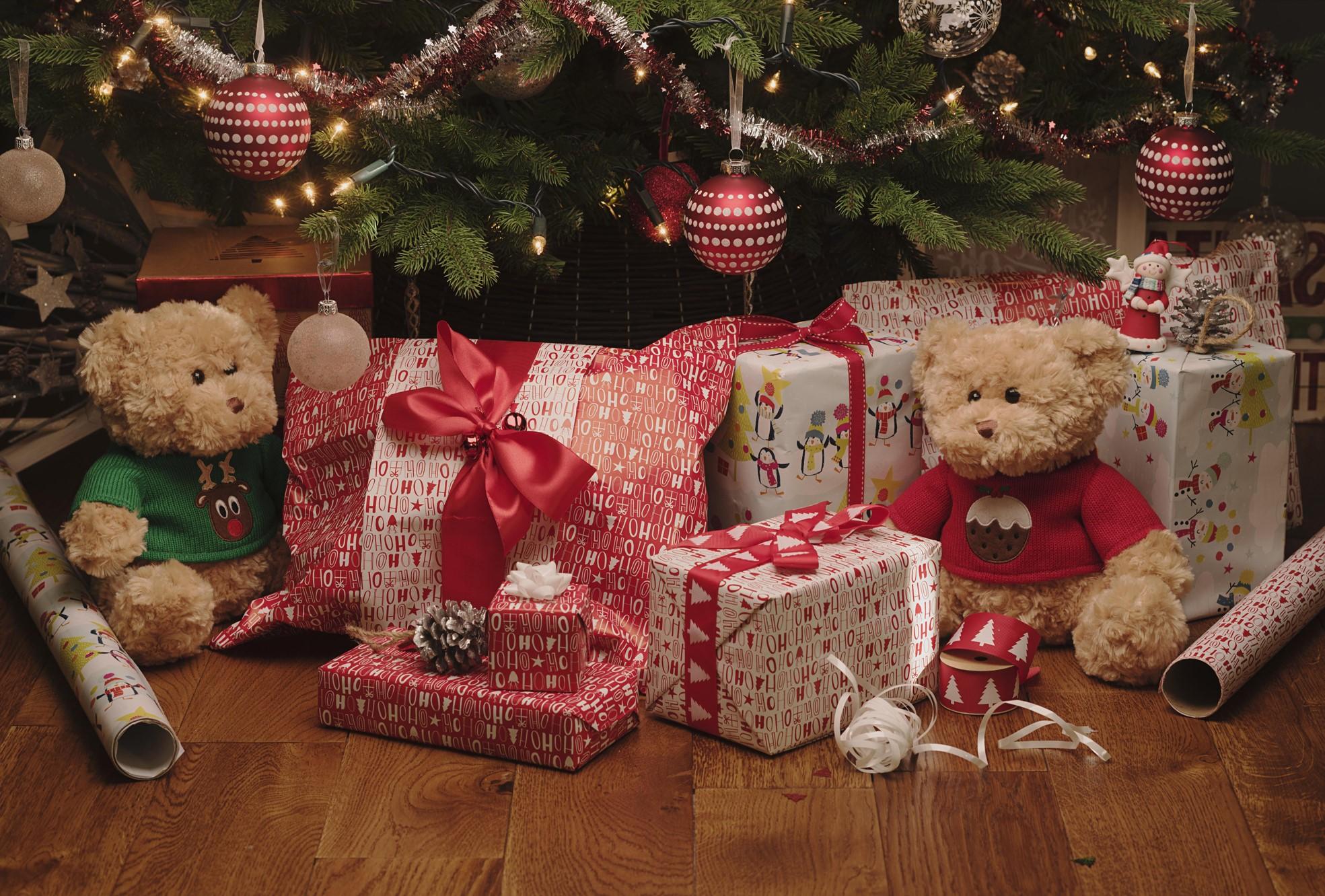 Les cadeaux de Noël joliment emballés créent une atmosphère unique.