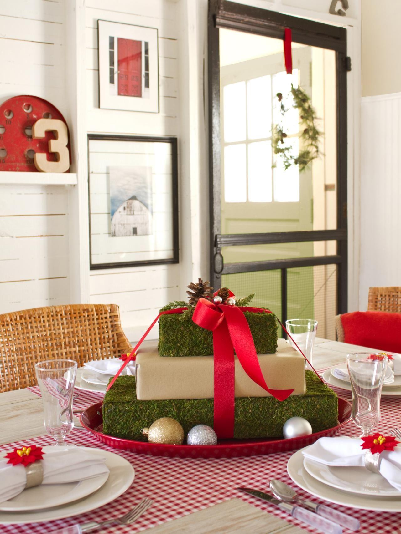 Arrangement de table avec des boîtes de carton de Noël.