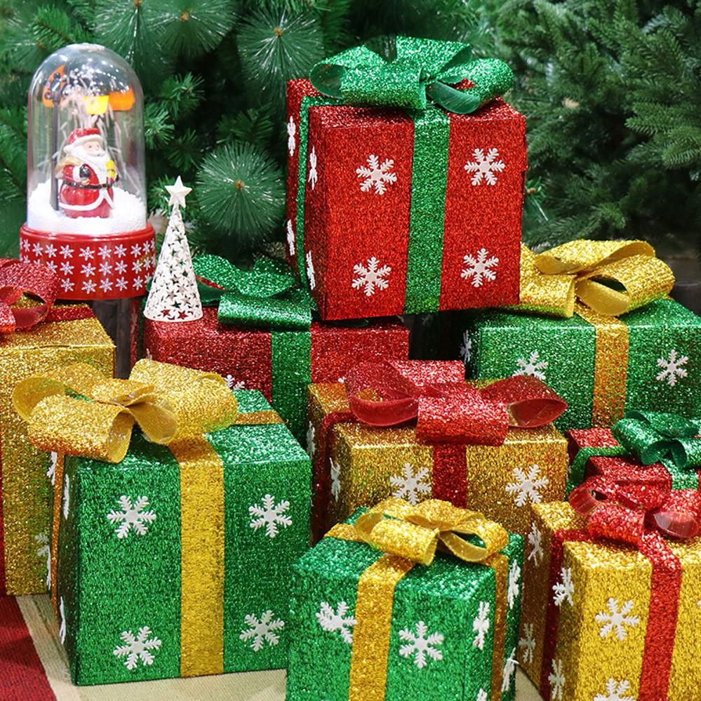 Pour une ambiance de fête, décorez l'espace autour du sapin de Noël avec des coffrets cadeaux.