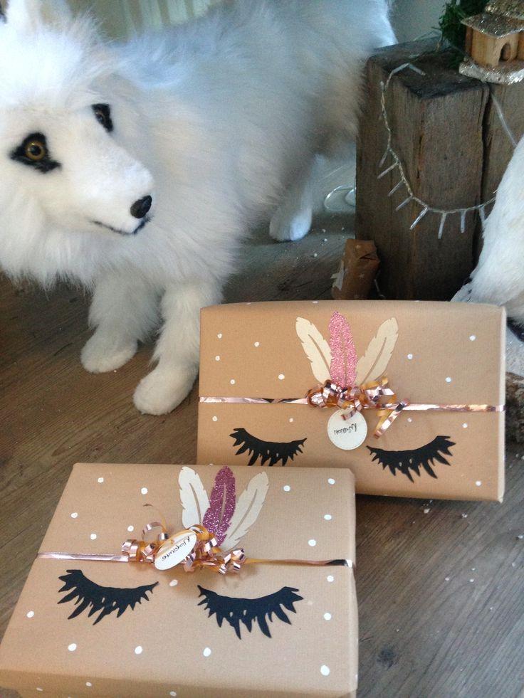 Boîte de carton de Noël avec une décoration personnalisée.