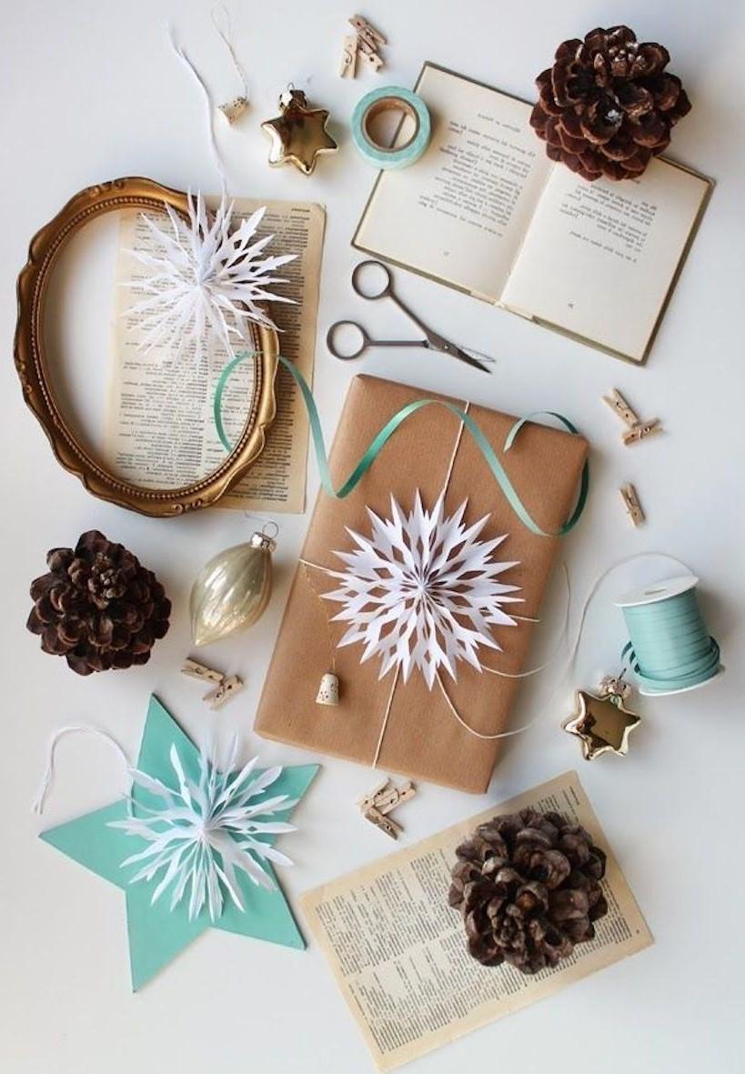 Décoration pour boîte de carton de Noël: flocons de papier.