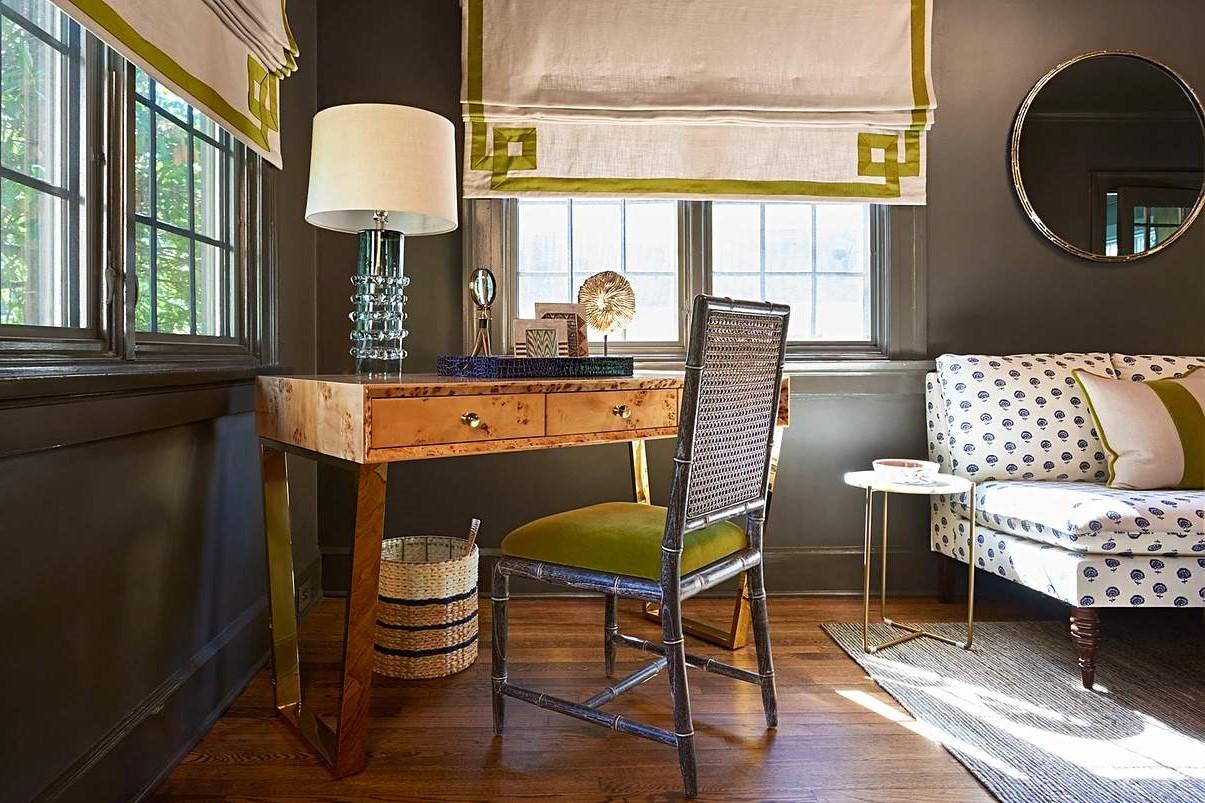 Bureau en bois en harmonie avec le reste de l'intérieur de la pièce.