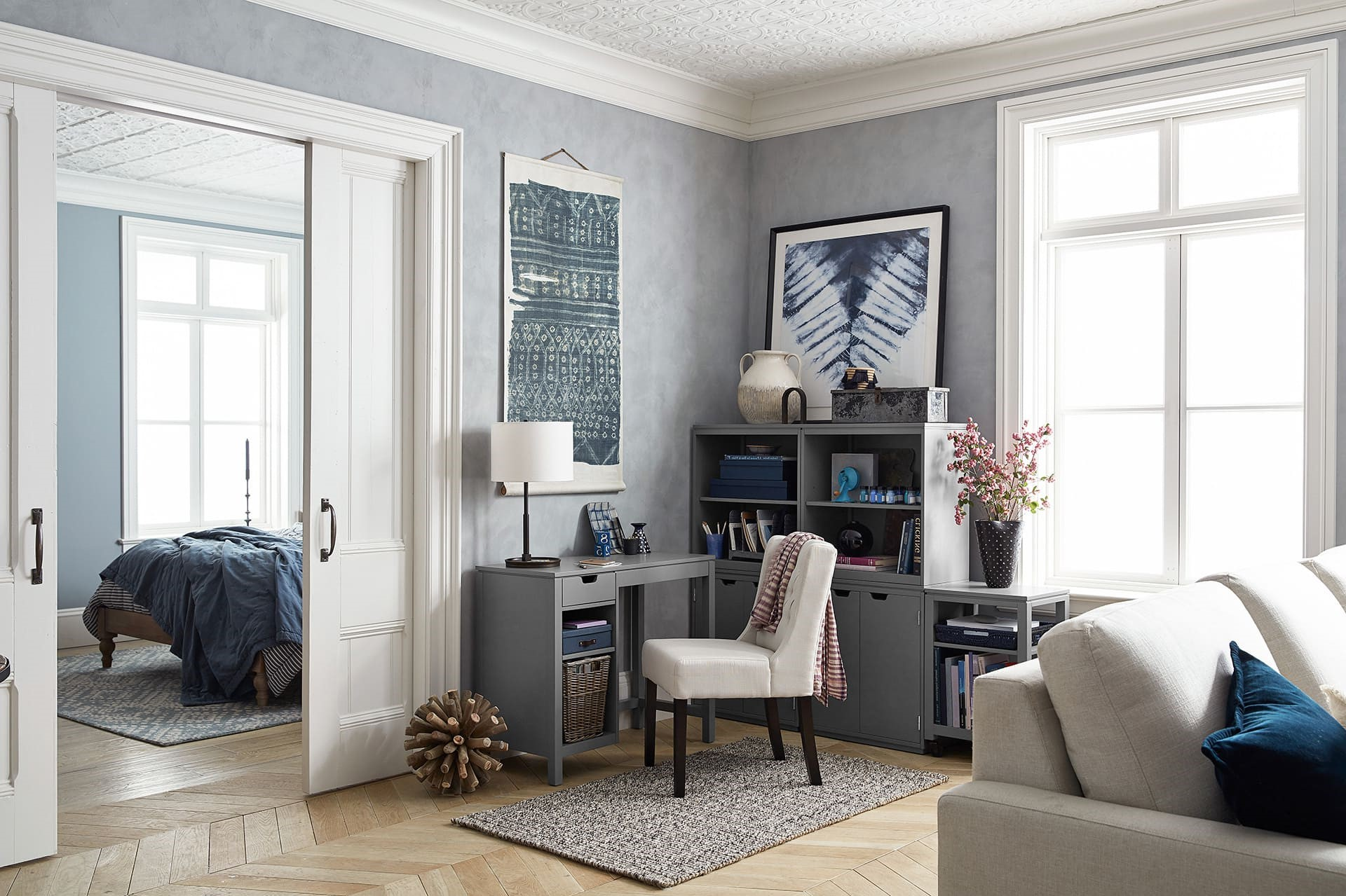 Si vous avez une pièce décloisonnée avec un coin salon éloigné, essayez de placer le bureau derrière votre canapé.