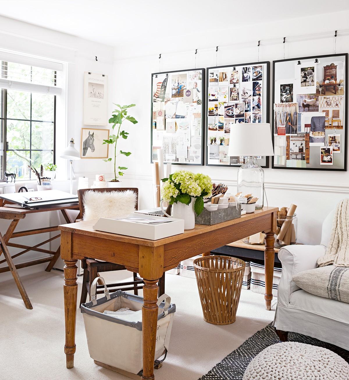 Ajoutez un siège pivotant et une lampe de table et vous disposerez d'un poste de travail dissimulé dans votre salon.