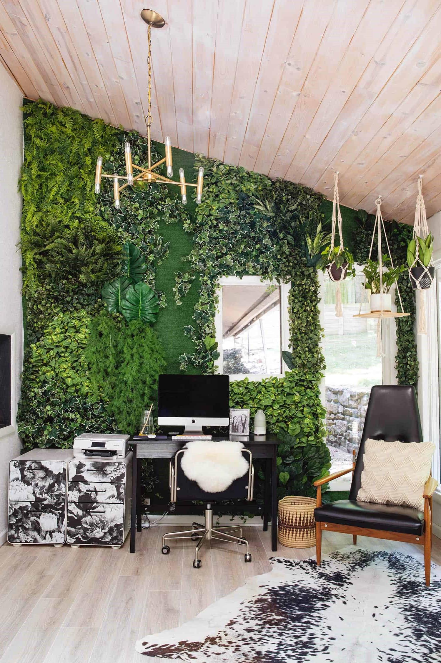 Associez un bureau à une chaise et ajoutez même une plante suspendue ou des œuvres d'art.