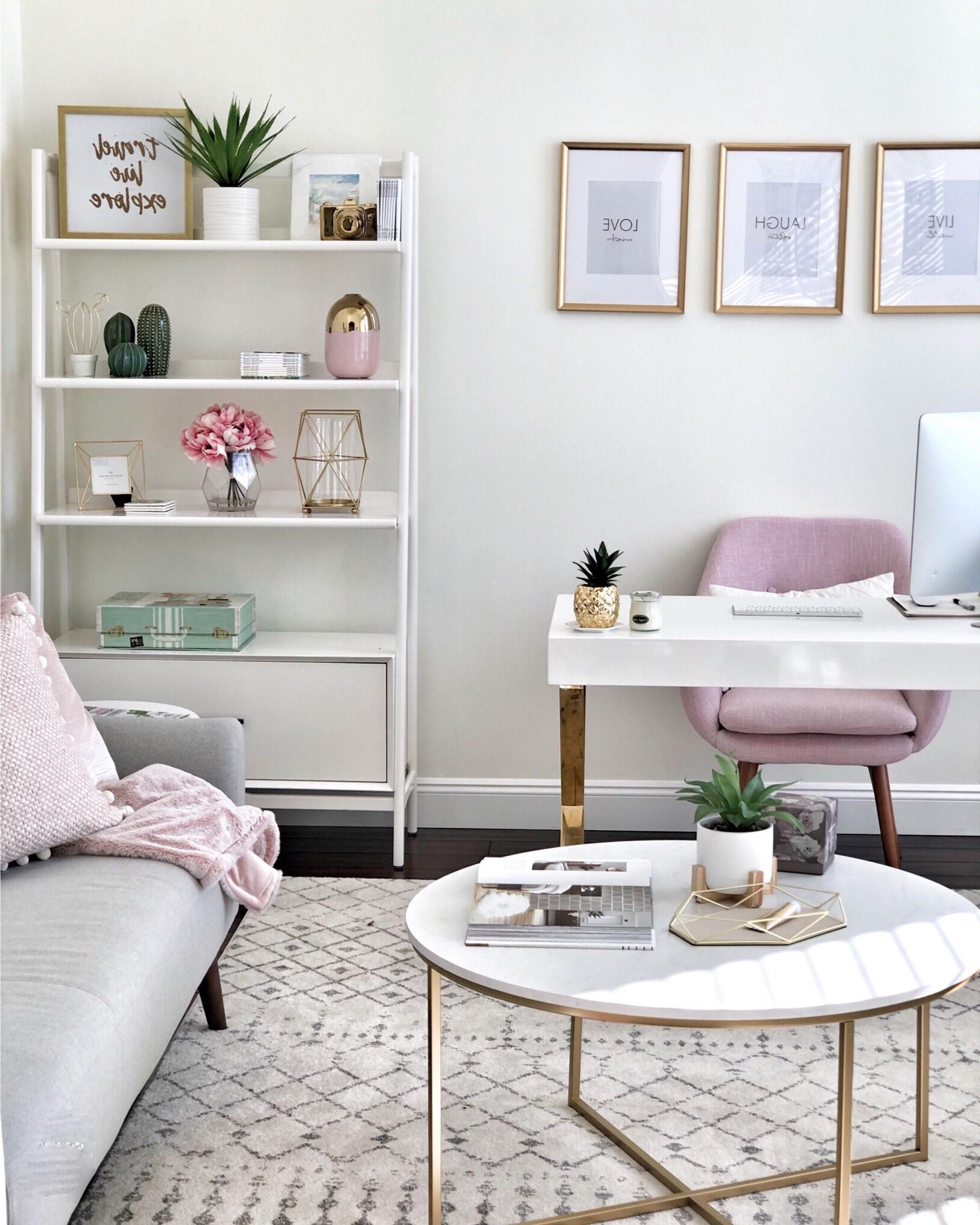 Si vous avez un grand salon, aménagez un espace de travail en plaçant un bureau tout seul.