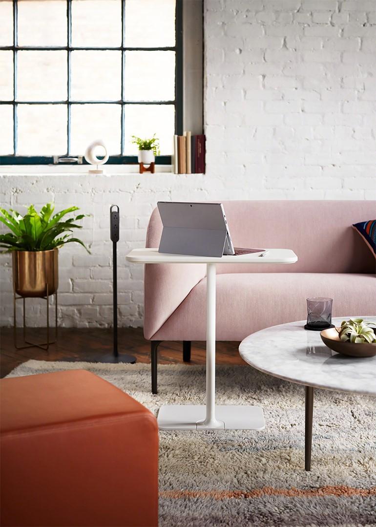 Plutôt que de créer un bureau complet, envisagez de placer une petite table dans un coin inutilisé.