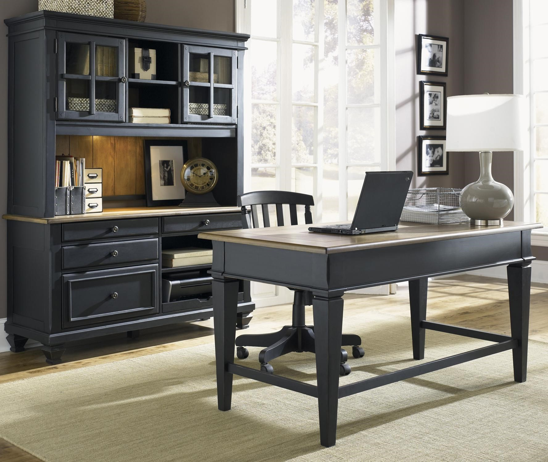 Faites le bureau dans le salon correspondre à la conception de votre pièce.