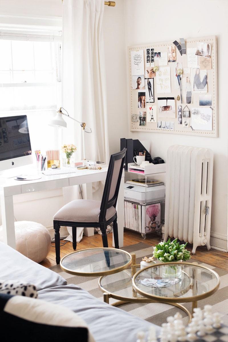 Incorporez un bureau dans le salon en le plaçant juste à côté de votre canapé pour créer un espace de travail homogène.