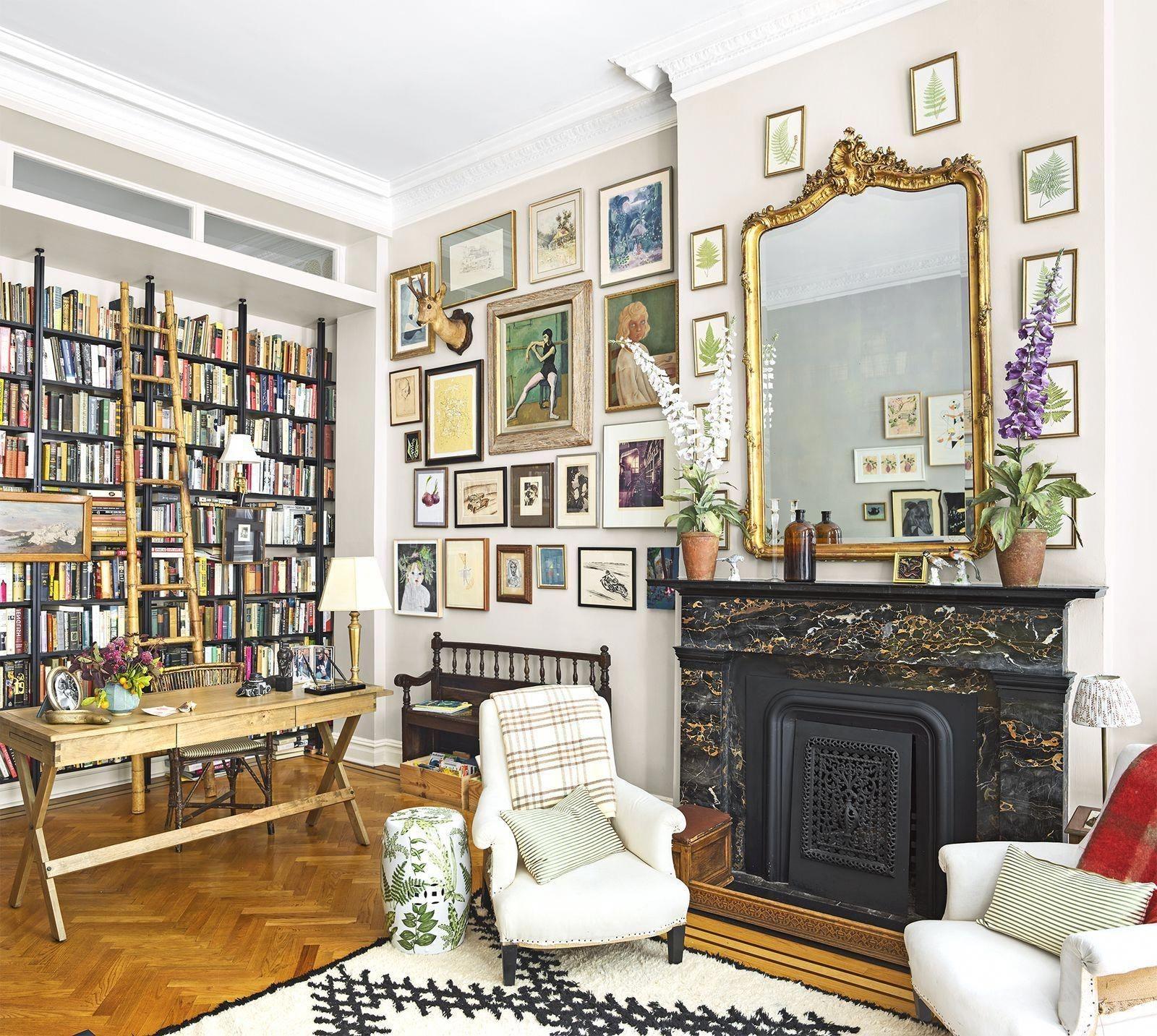 Un coin non utilisé - comme l'espace situé juste à côté d'un foyer - peut facilement être l'endroit idéal pour un bureau dans le salon.