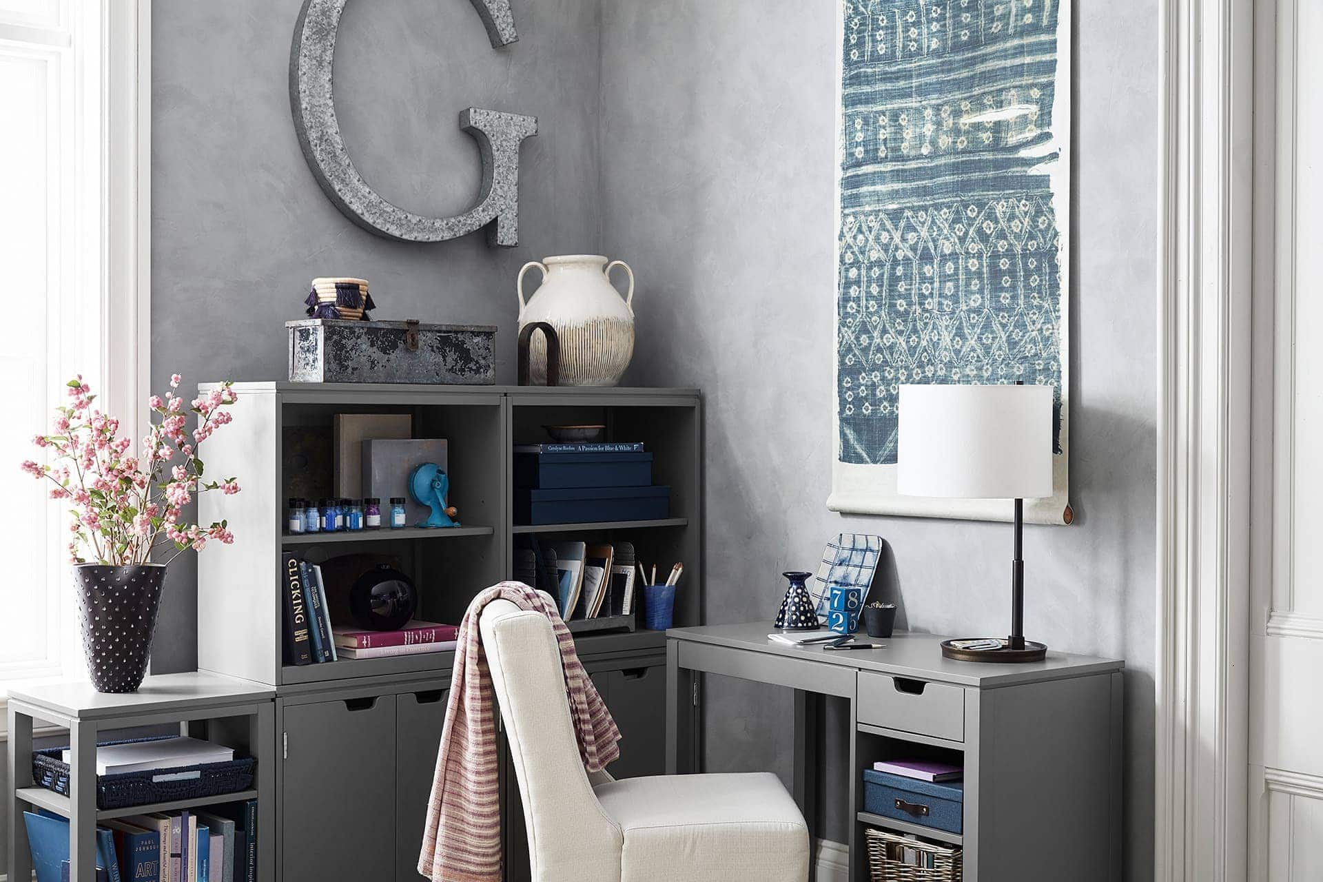 Un bureau dans le salon doit être confortable et agréable.