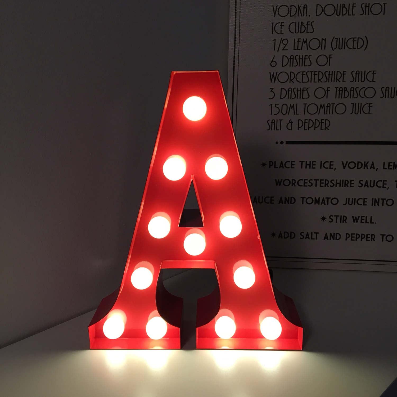 Grand décor dans la forme de la lettre A avec des ampoules brillantes.