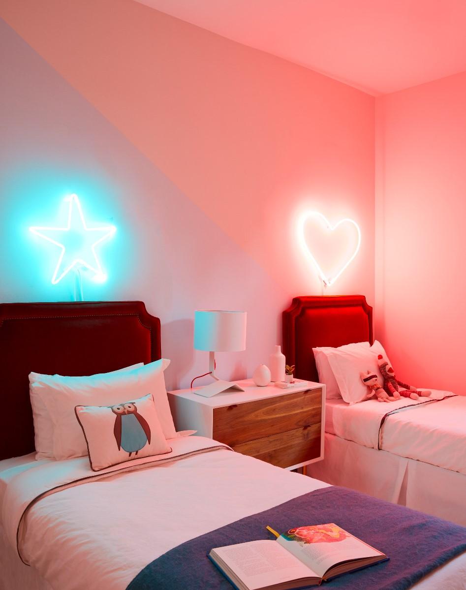 Décorations néon avec ampoules brillantes.