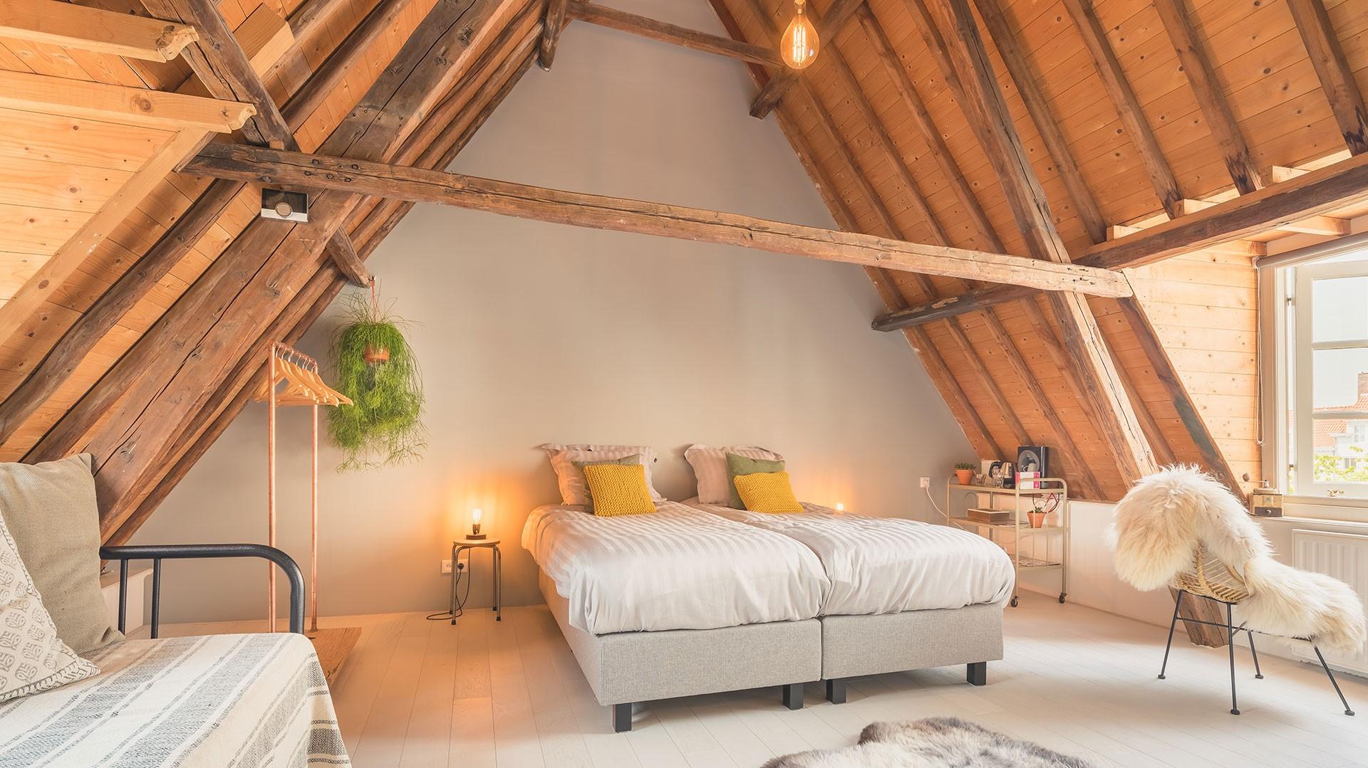 Deux lits jumeaux créent un joli look symétrique, mais si la pièce est assez longue, essayez-en trois.