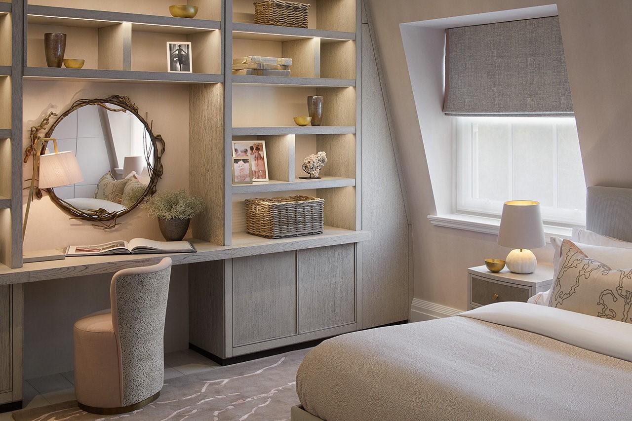 Elégante chambre sous comble en beige.