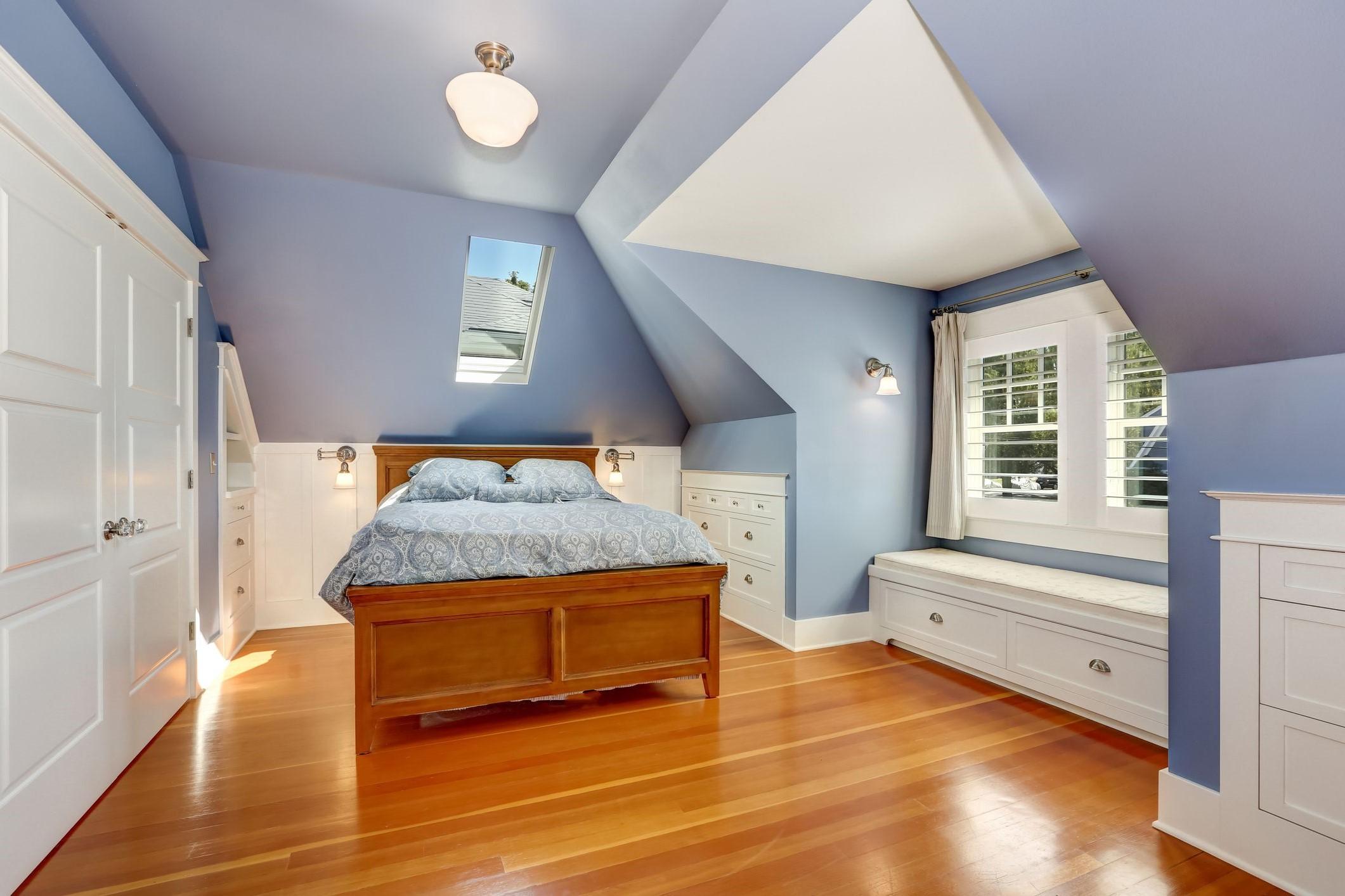 Chambre sous comble: l'accent bleu dans cet espace ajoute également une sensation de rêve.