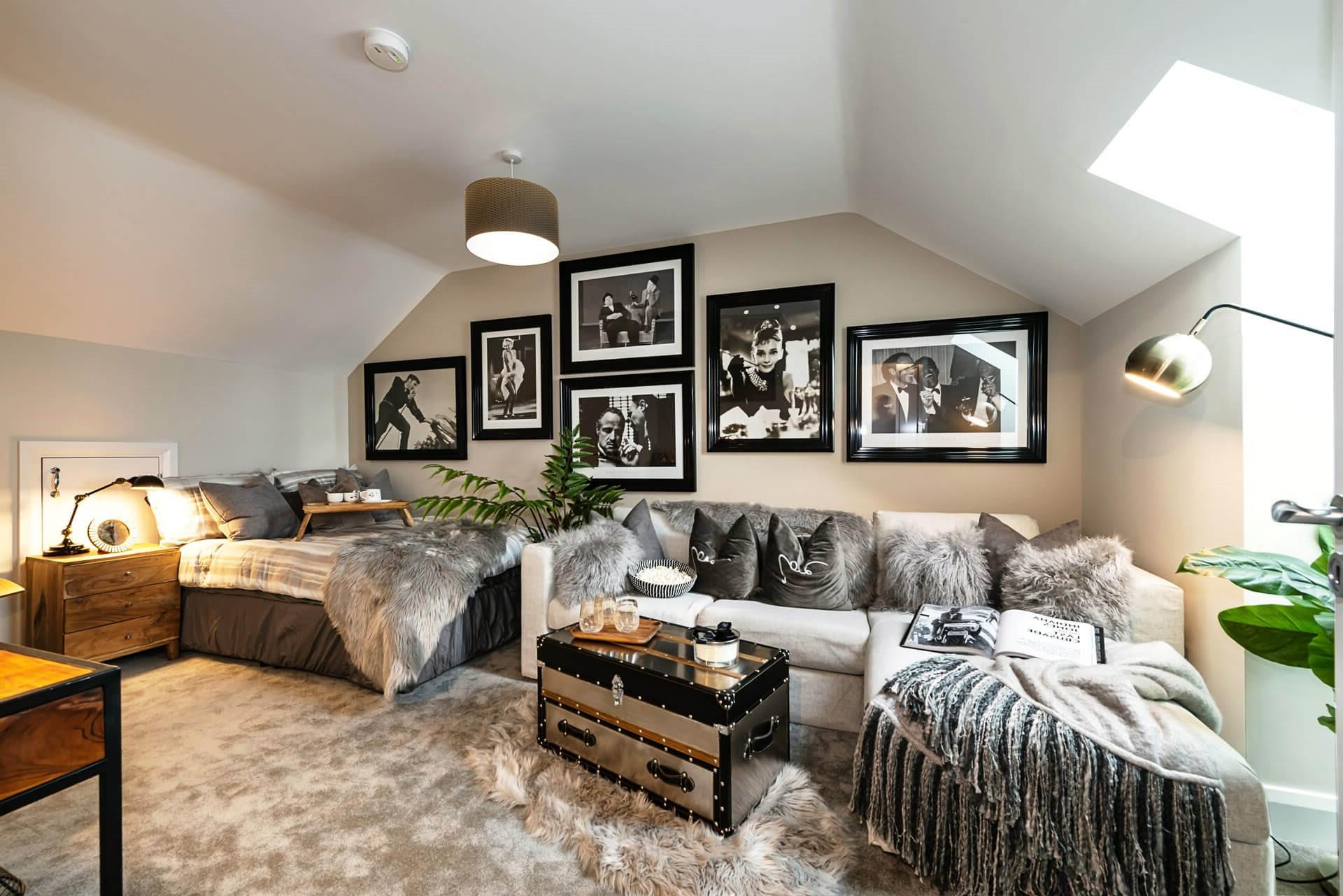 Avec des couches de coussins et de jets gris, le thème de la couleur est simple et apaisant.