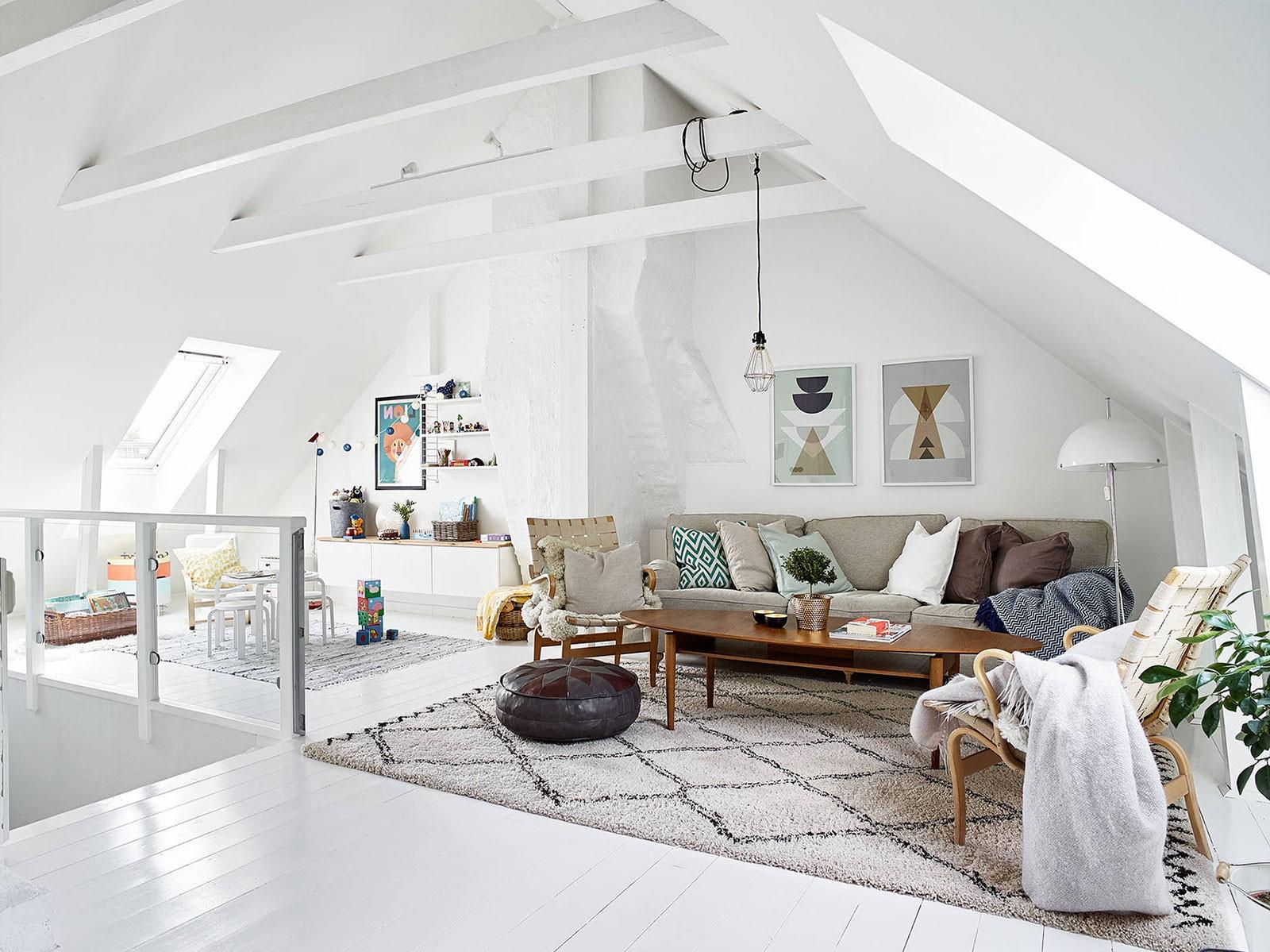 Donnez-leur une vue incroyable sur les puits de lumière en transformant la pièce mansardée en une chambre d'amis relaxante.