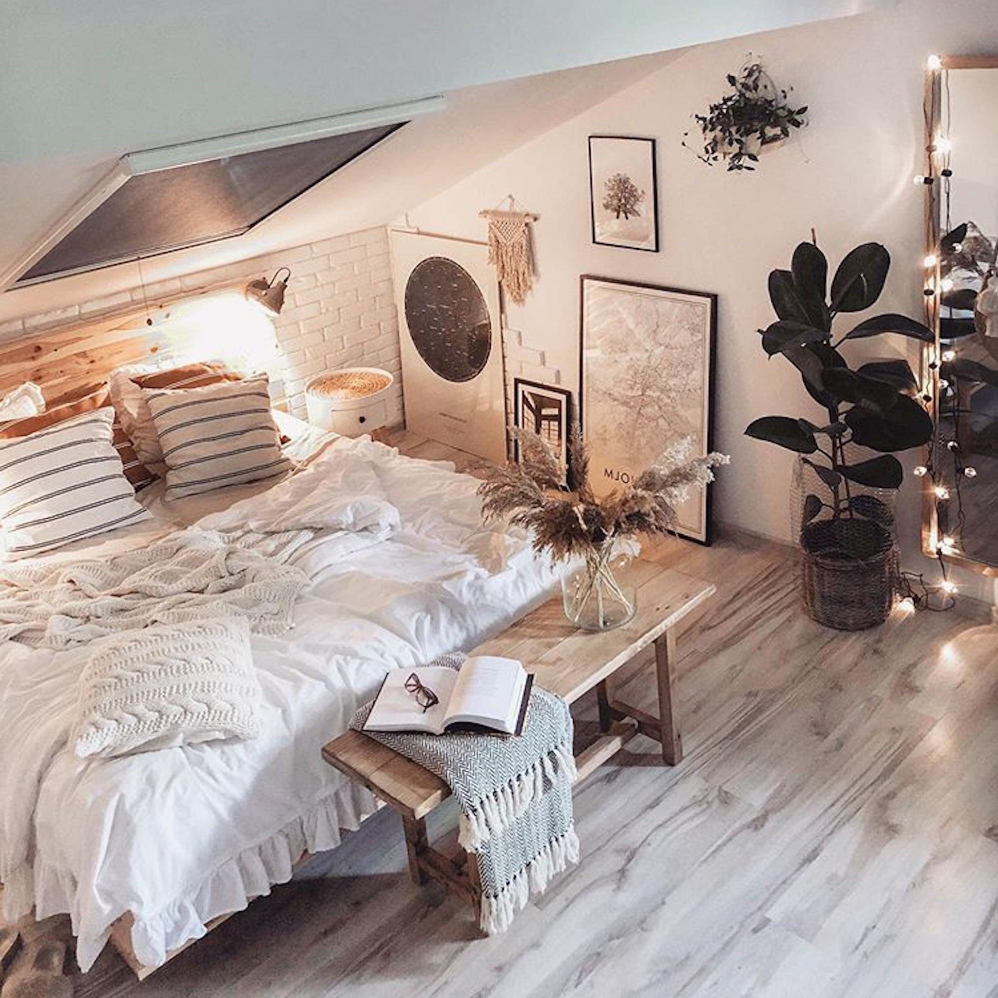 Cette chambre sous combles ressemble à la destination ultime pour faire la sieste.