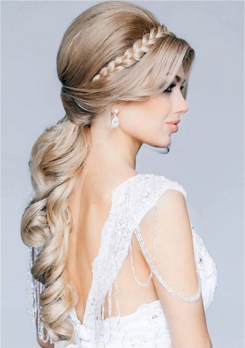 Coiffures de mariage pour cheveux longs: coiffez les mèches bouclées et personnalisez-les à l'aide d'une épingle ou d'un peigne.
