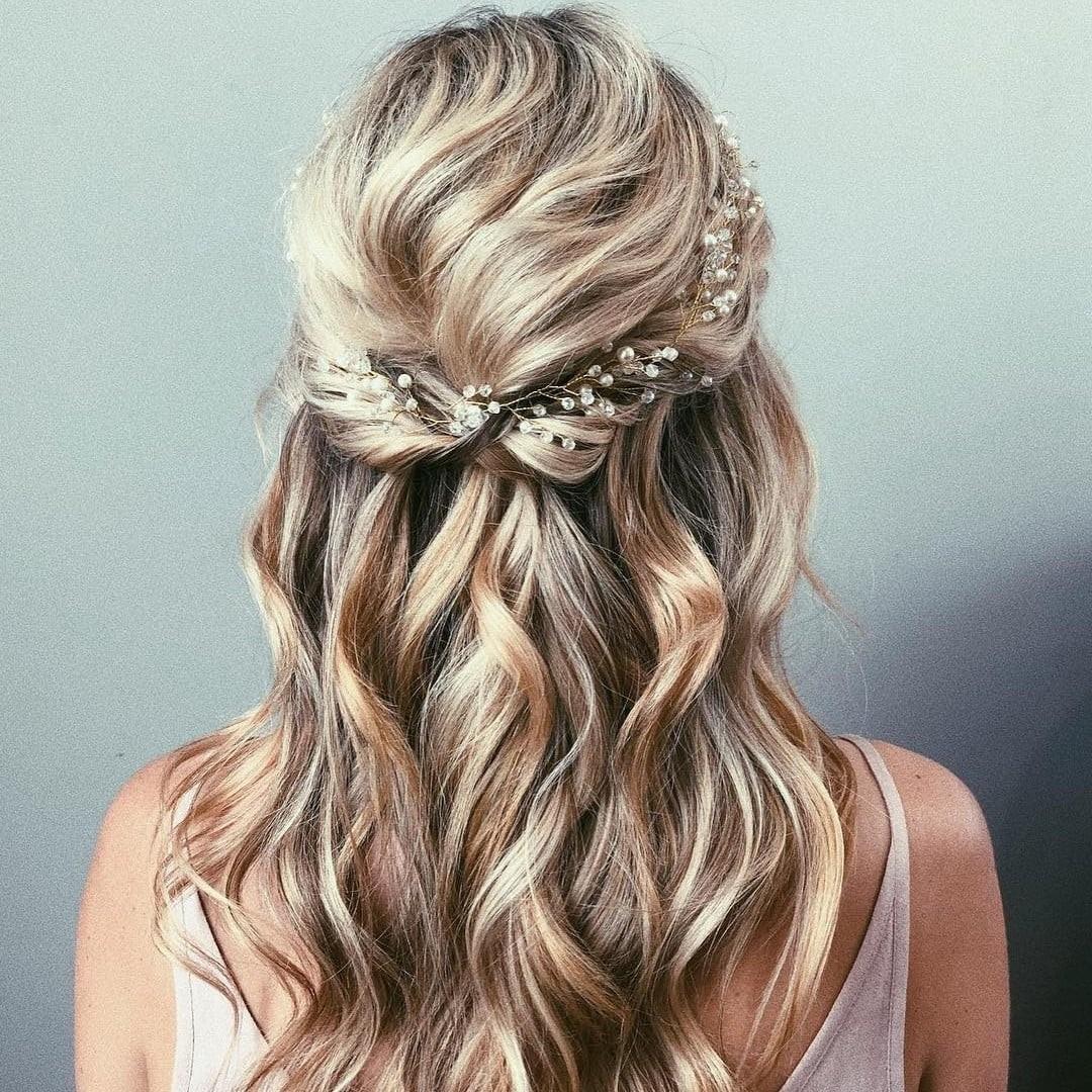 Coiffures de mariage pour cheveux longs: cheveux bouclés.