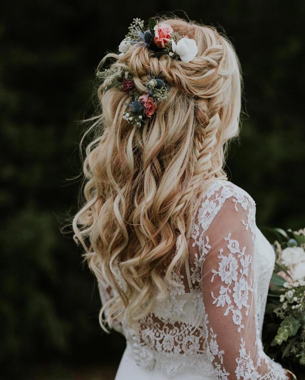 Coiffure de mariage moderne avec des fleurs.