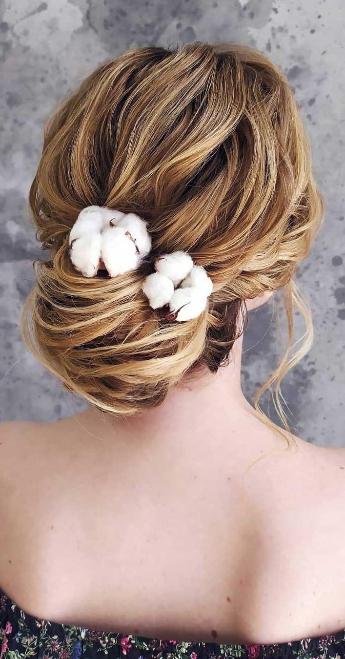 Coiffures de mariage pour cheveux longs: chignon féminin.