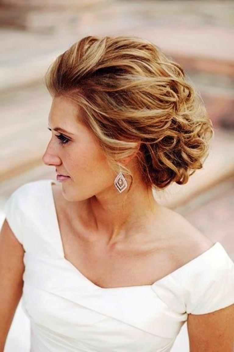 Coiffure élégante pour cheveux longs.