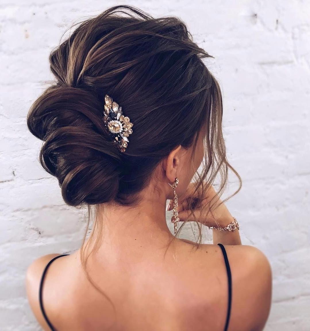 Coiffures de mariage pour cheveux longs: chignon élégant.
