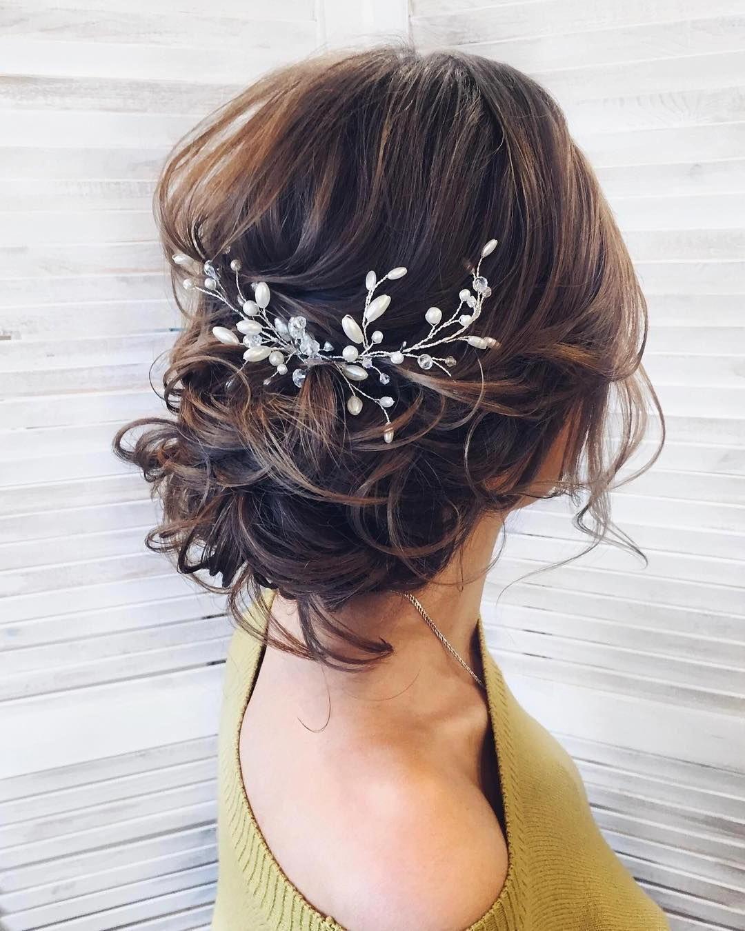 Coiffures de mariage pour cheveux longs: Chignon bas volumineux.
