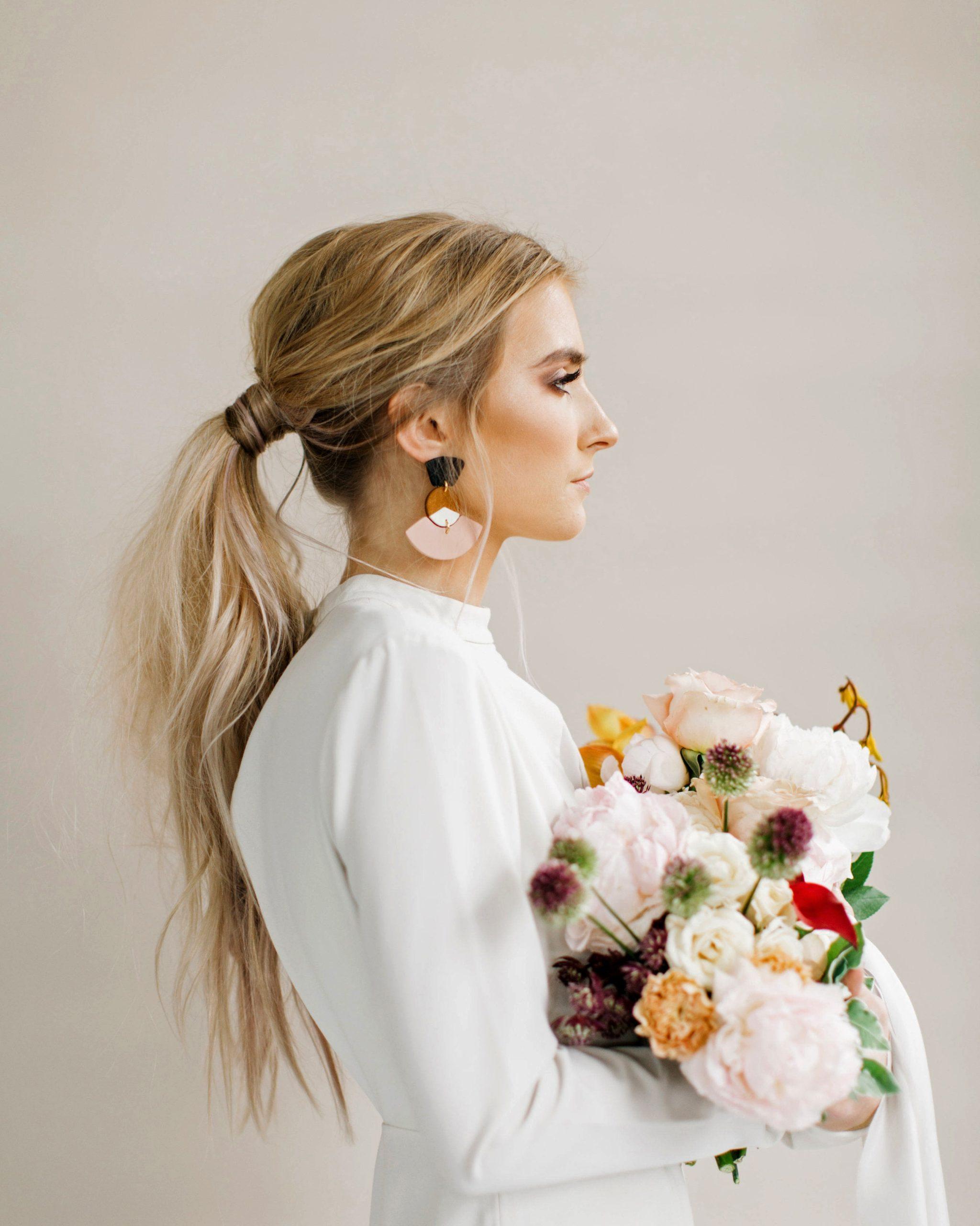 Coiffures de mariage pour cheveux longs: queue de cheval volumineuse.