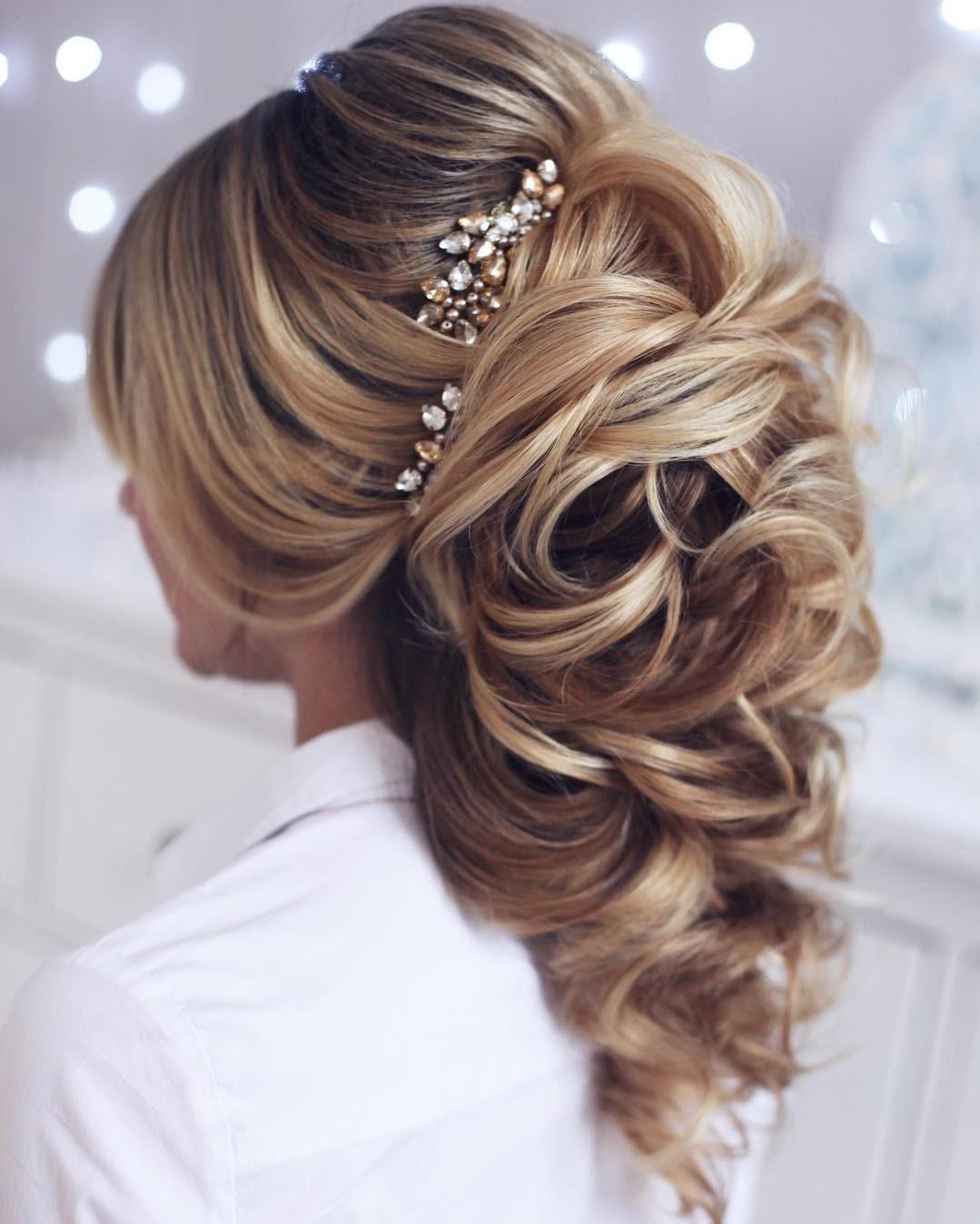 Coiffures de mariage pour cheveux longs: des accessoires amusants tels que des épingles en perles, des diadèmes délicats et des peignes vintage sont à la mode.