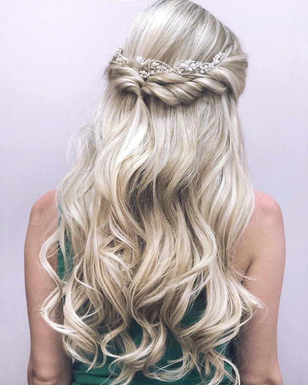 Coiffures de mariage pour cheveux longs: demi-queue lâche.