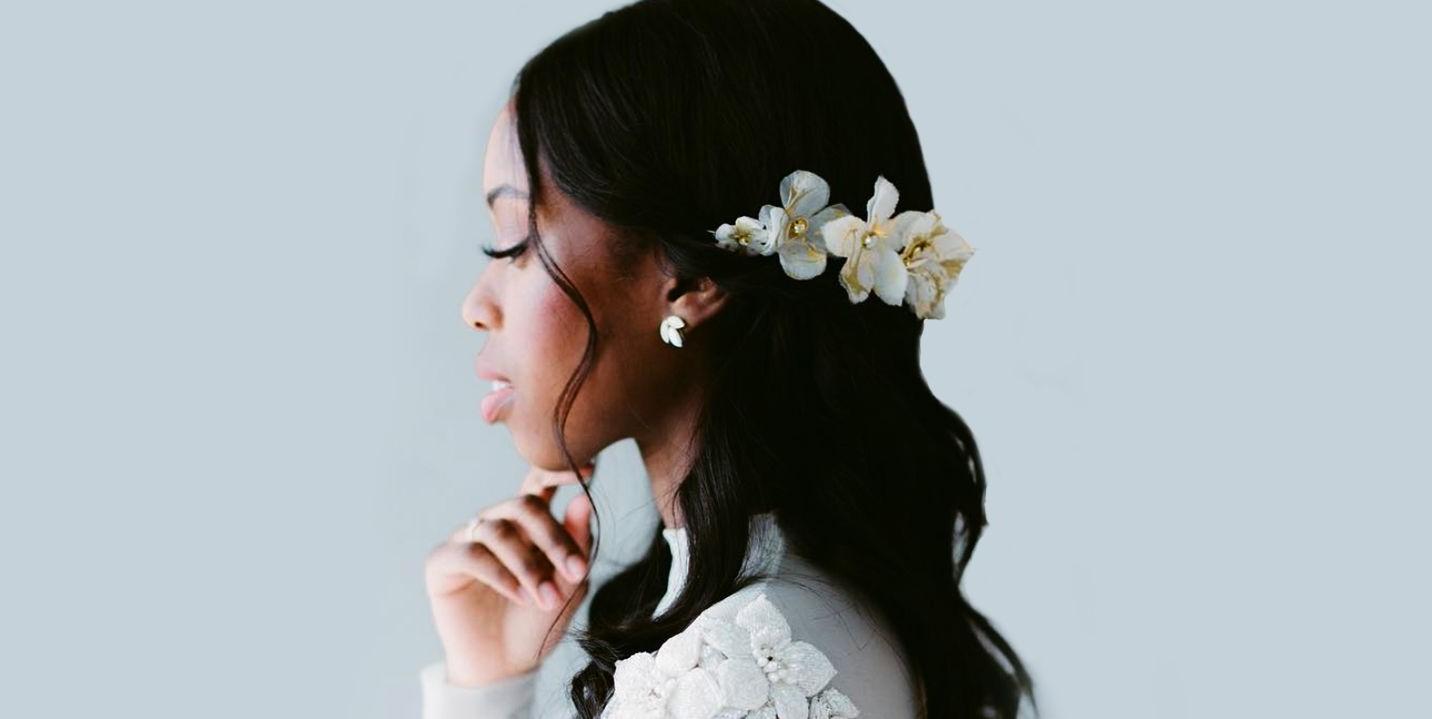 Les fleurs sont le complément idéal pour votre coiffure de mariée.