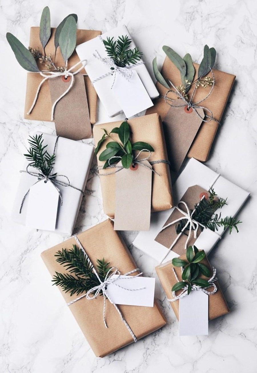 Feuilles persistantes comme décoration pour l'emballage du cadeau.