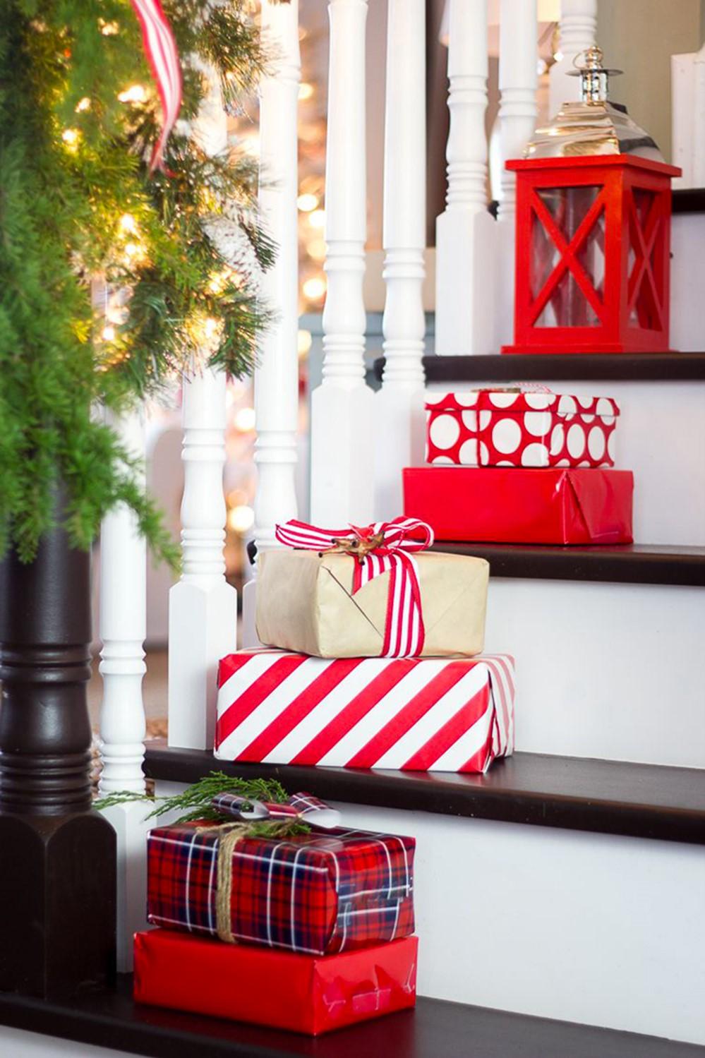 Décorez avec des cadeaux emballés pour créer une ambiance de fête.
