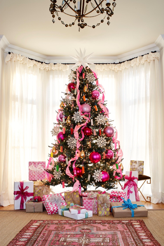 Décorez votre sapin de Noël avec de grosses boules roses métalliques.