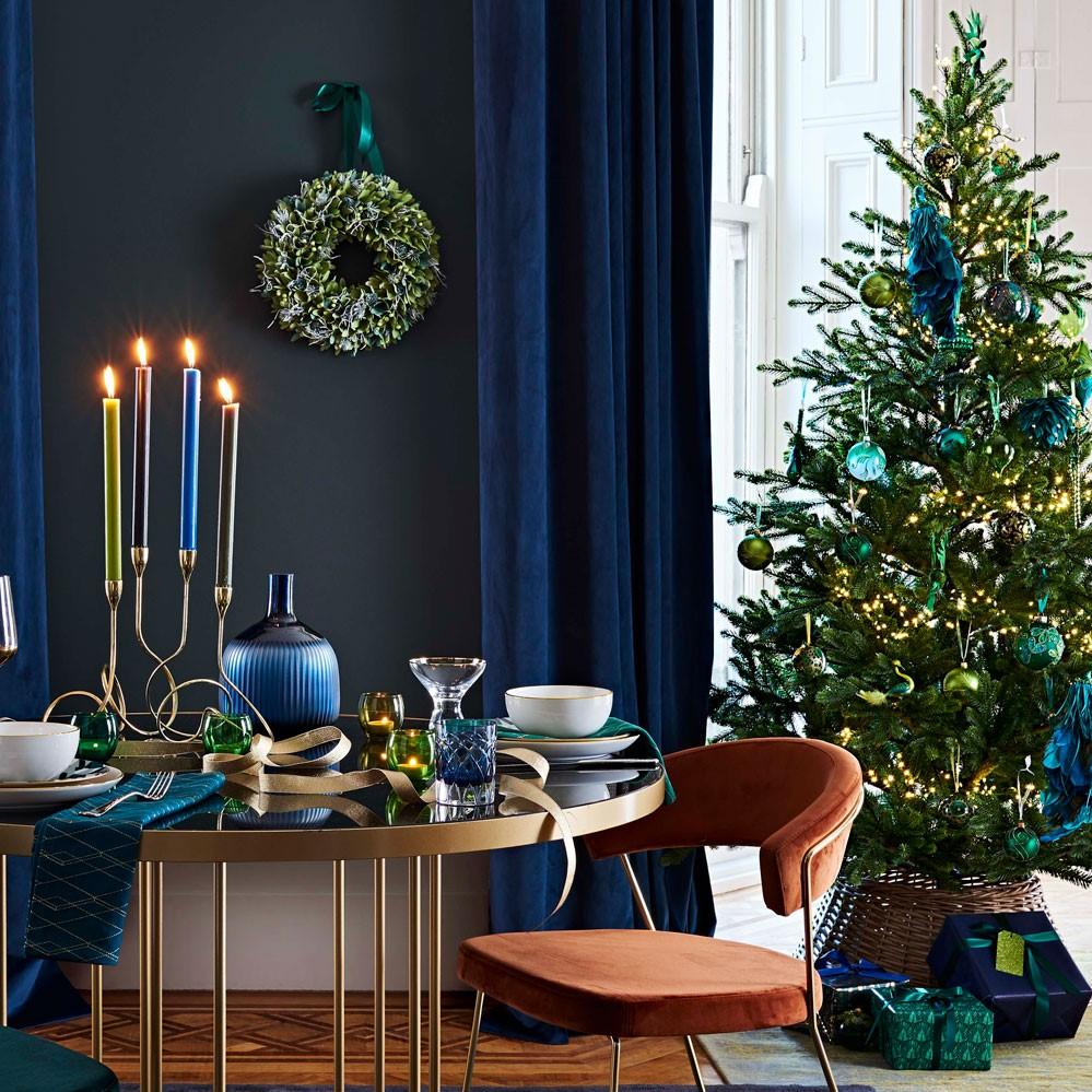 Déco de Noël festive et moderne en bleu foncé.