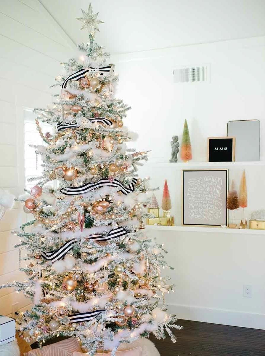 Ajoutez un ruban à motifs à votre arbre de Noël pour le faire ressortir.