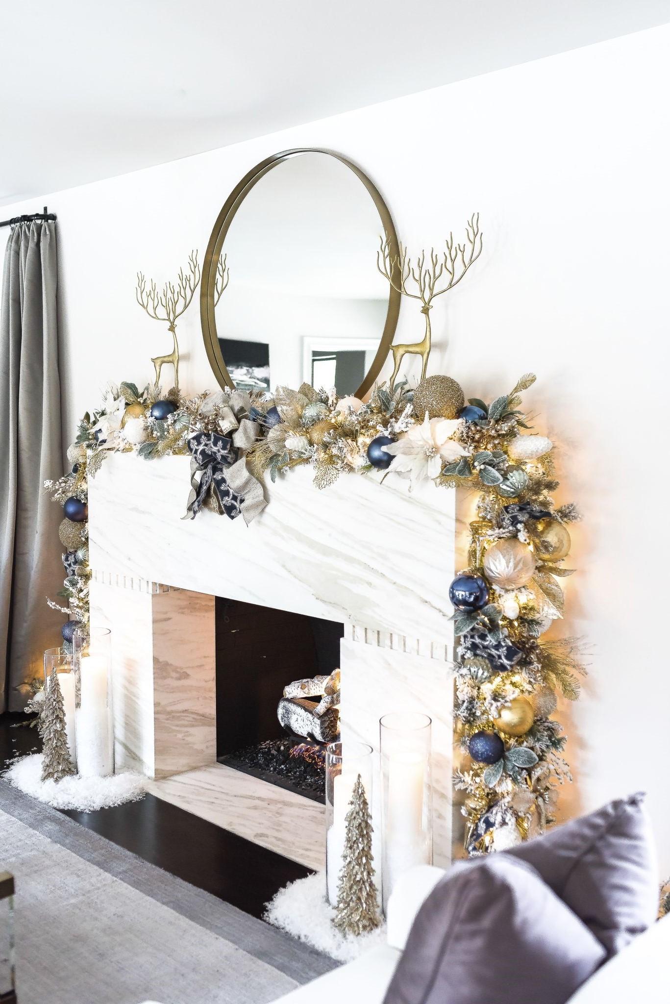 Décorez votre cheminée avec une guirlande à feuilles persistantes et des lumières de Noël.