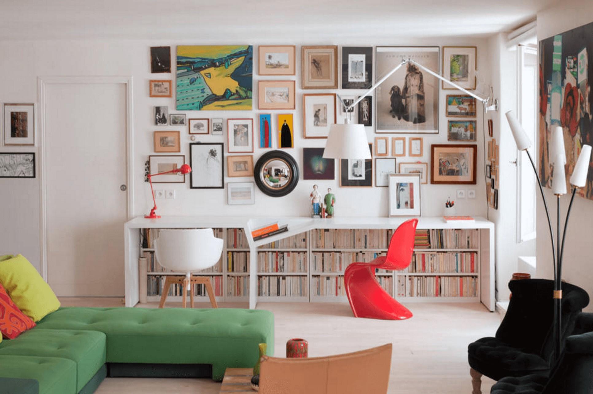 Idées de bureau: le concepteur de cet espace a ajouté du papier peint au mur juste en dessous du niveau du bureau.