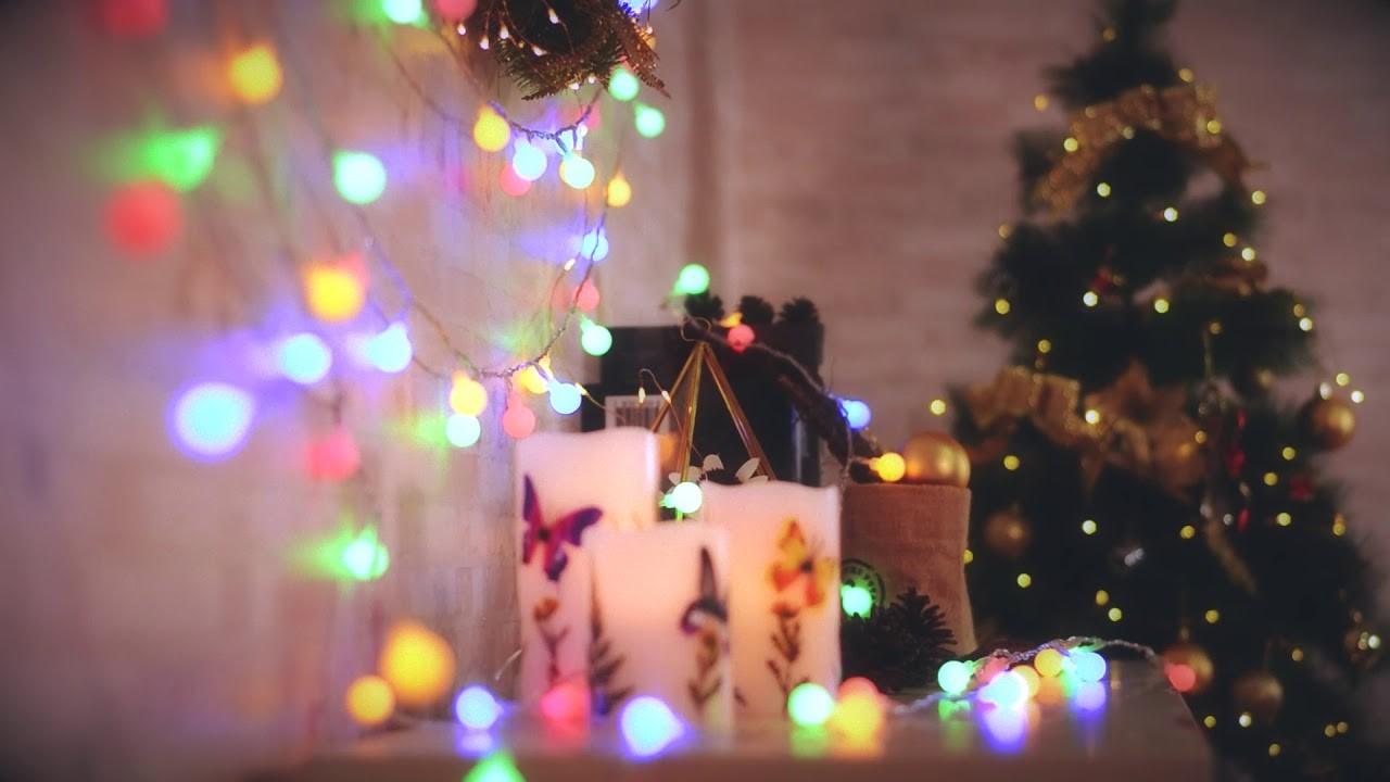 Décorez vos murs et vos bibliothèques avec des lumières colorées ce Noël.