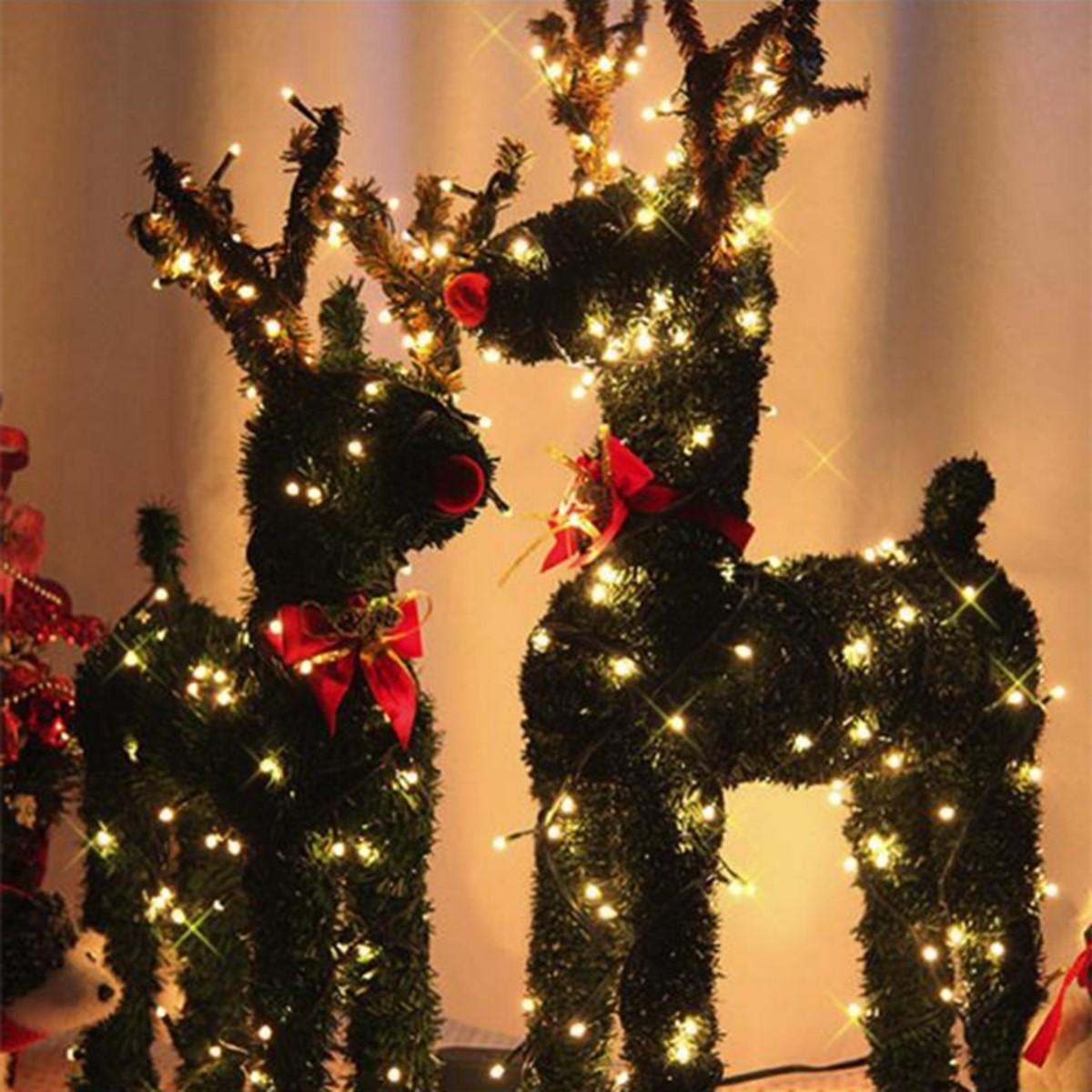 Décoration de Noël en plein air avec des rennes brillants.