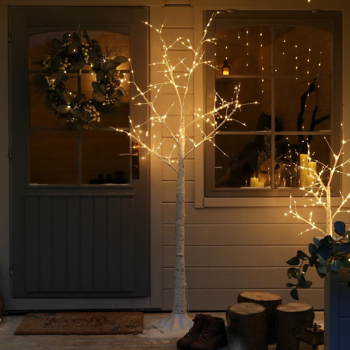 Décoration de Noël en plein air avec un joli arbre brillant.